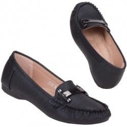 Mocasini confortabili, de culoare neagra, decorati cu un accesoriu lucios